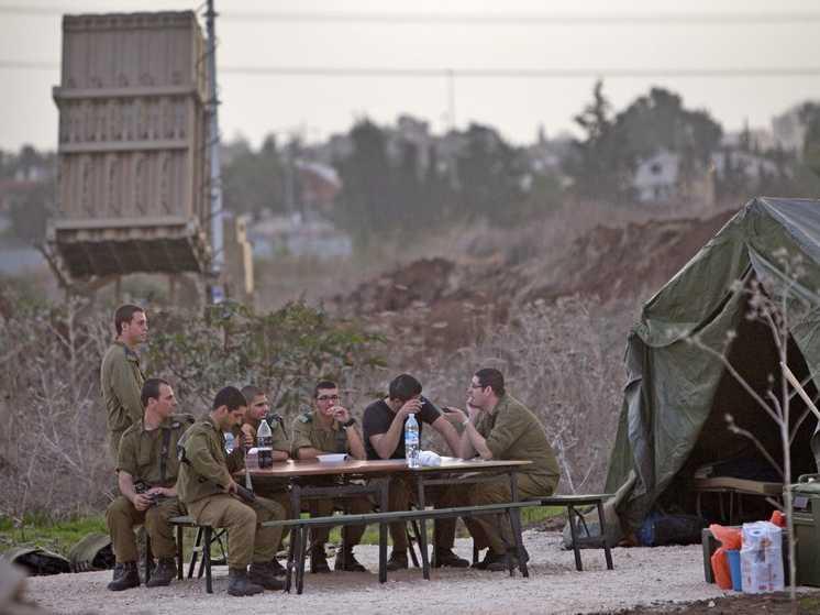 Izraeli katonák a Vaskupola egyik ütege melett