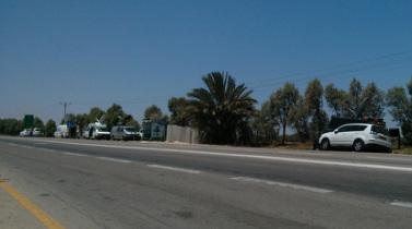 tévés közvetítőkocsik az út szélén
