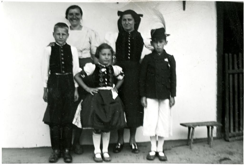 8 - Középpolgári zsidó család romhányi népviseletben cselédjükkel 1938-ban. A Centropa Magyarország tulajdona