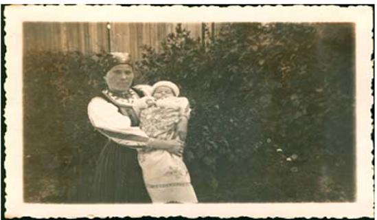 Cselédlány vigyáz a család újszülöttjére, 1933-ban. A Centropa Magyarország tulajdona.