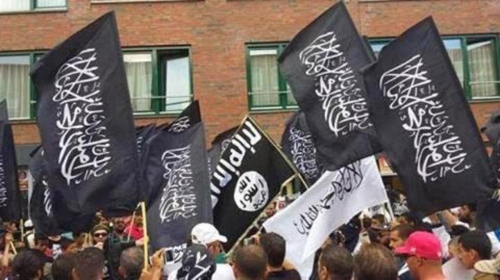 Hága - tüntetők az Iszlám állam zászlajával