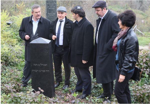Latorczai csaba (középen) és L. Simon László (jobbról a második) meglátogatnak egy zsidó temetőt