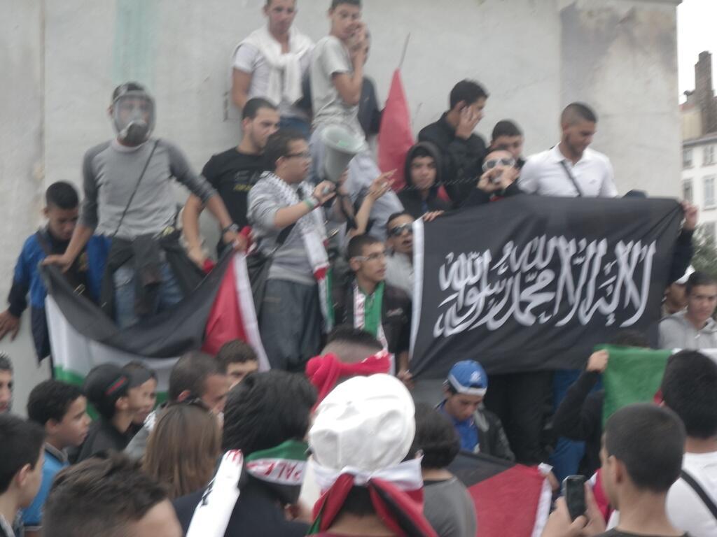 Párizs, 2014 júlis 13. Tüntetők az Iszlám Állam zászlajával