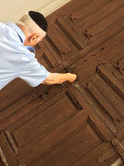 4 - Nagybánya - a hitközség elnöke a zsinagóga ajtajában