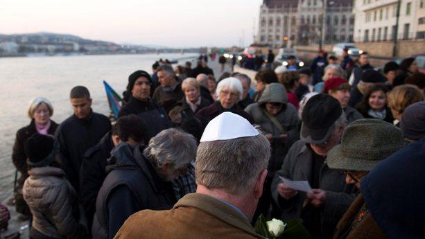 Tiltakozó megemlékezést tartottak a Duna-parti holokauszt-emlékm?nél