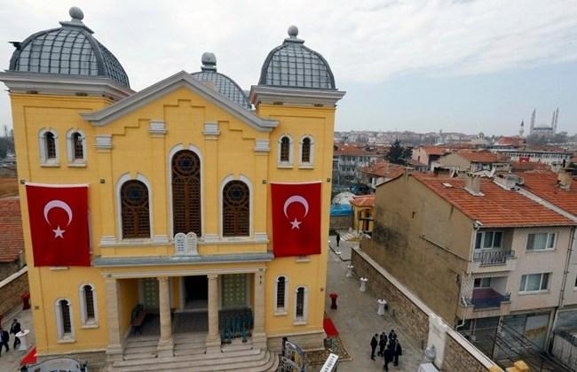 A nemzeti zászlókkal ékesített zsinagóga az avatás napján.