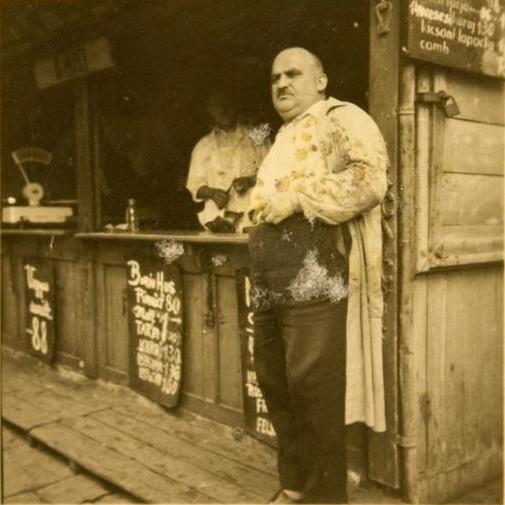 2 - 2 Deutsch Herman mészáros a Teleki tér 5.-tel szemben lévő piaci boltja előtt, 1930-as évek Családi archív