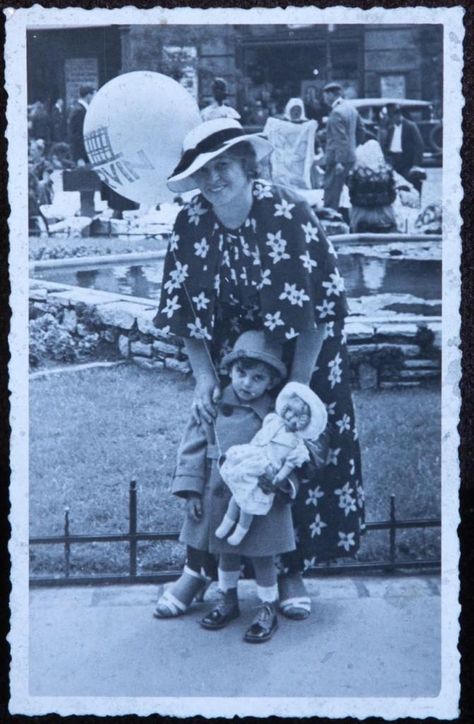 2 - Deutch Hermanné, Lukács Klára kislányukkal Máriával a Corvin áruháznál, 1933
