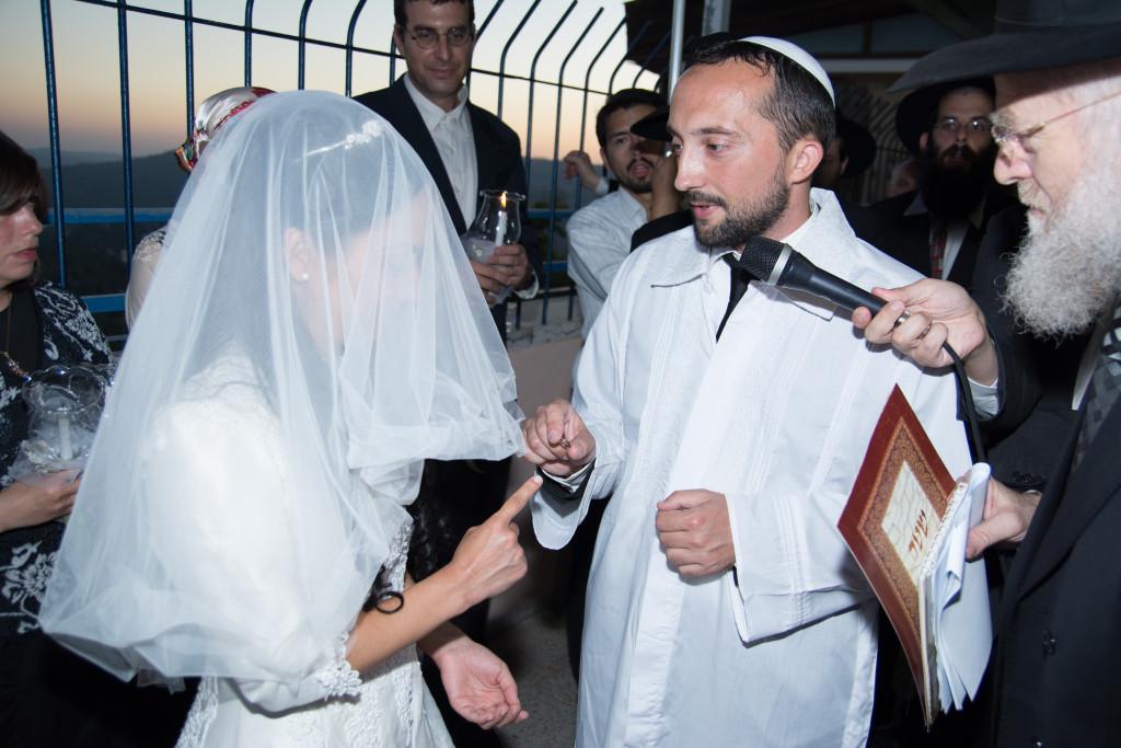 5 - A vőlegény felhúzza a gyűrűt a mennyasszony mutatóujjára