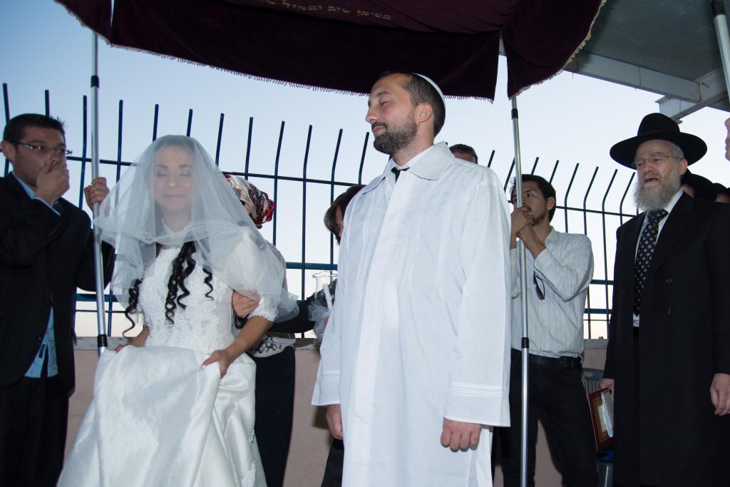 5 - Vallásos esküvő A mennyasszony hétszer körbejárja a vőlegényt (A képek a szerző esküvőjén készültek)