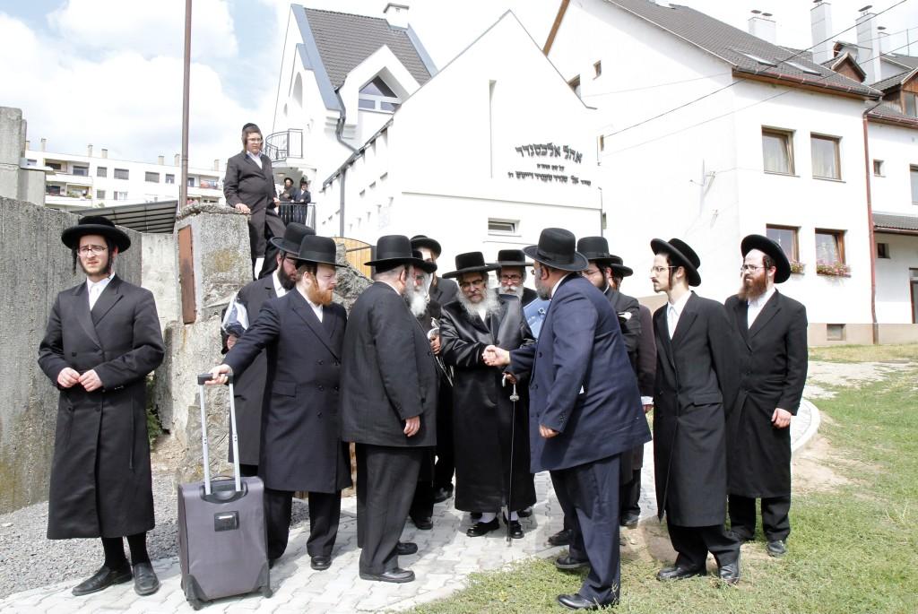 Sátoraljaújhely, 2015. július 15. A szatmáriaknak nevezett ultraortodox vallási irányzatot követõ zsidók, középen Aron Teitelbojm, a csodarabbinak tartott Teitelbaum Mojse unokája Sátoraljaújhelyen 2015. július 15-én. A New York-i székhelyû szatmári haszidok több száz fõs csoportja érkezett a városba a 175 évvel ezelõtt elhunyt közösségalapítójuk sírjához. MTI Fotó: Vajda János