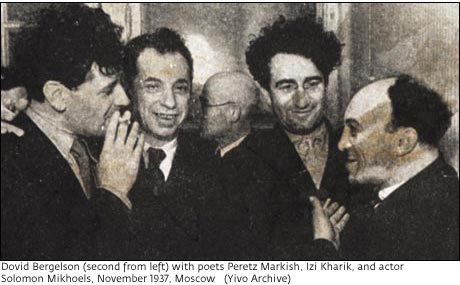 Jiddis művészek egy csoportja a Szovjetunióban, 1937-ben. Jobbról a második Perec Markis.