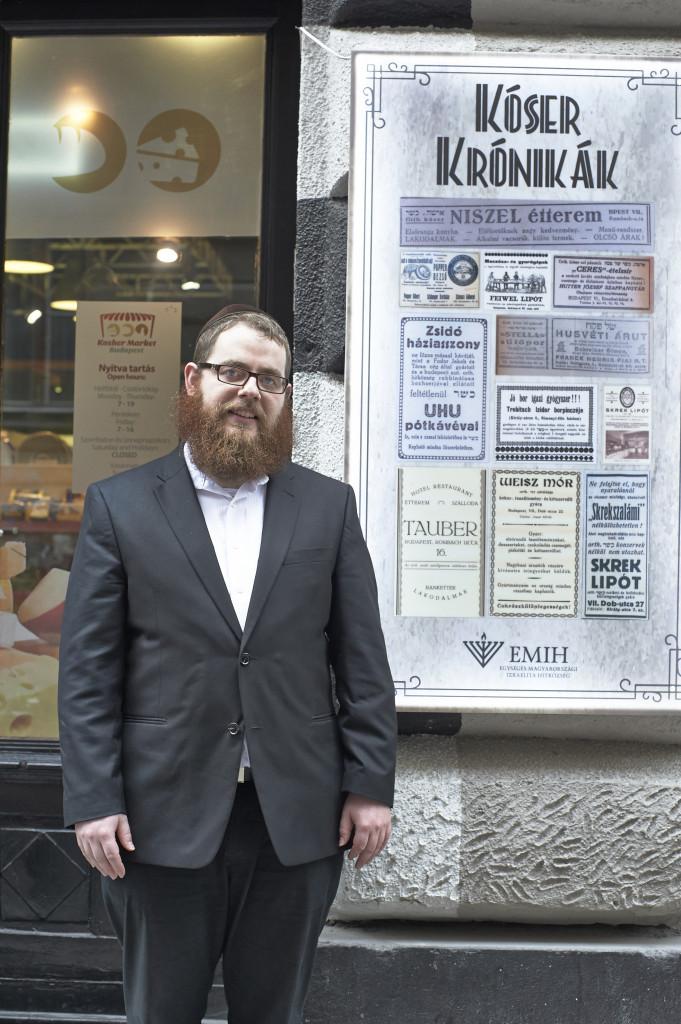 6 - Köves Slomó a Kóser Piac bejárata előtt fotó Reichel Tamás
