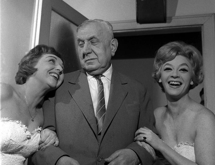 9 - Salamon Béla 1962-ben a Vidám Színpadon Madaras Vilma (balra) és Járai Katalin között