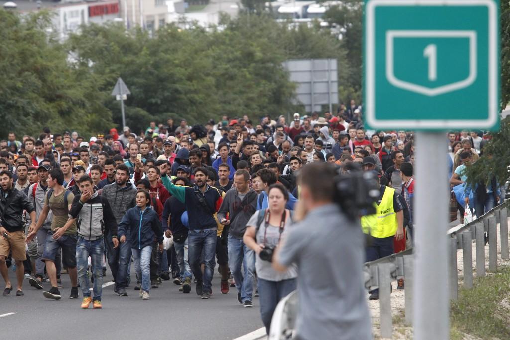 Budaörs, 2015. szeptember 5. Nyugat-Európába tartó illegális bevándorlók vonulnak az M1-es M§-ás lehajtójánál 2015. szeptember 5-én. Az ország több pontjáról is gyalog indultak útnak Bécs felé a Magyarországon tartózkodó migránsok azt követõen, hogy az éjjel Ausztria és Németország beengedte a bevándorlókat, akiket a kormány buszokkal szállított a határra. MTI Fotó: Szigetváry Zsolt