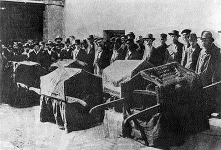 A megszentségtelenített Tóratekercsek ünnepélyes temetése