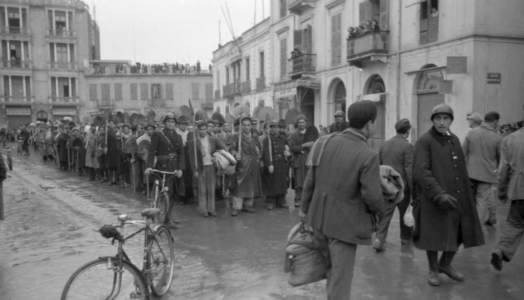 5 - 3 Tunisz, 1942 december, a náci megszállók kényszermunkára viszik a zsidókat