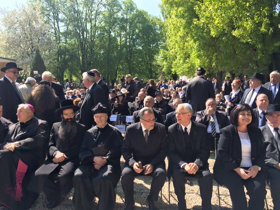 A Dunában talált emberi maradványok temetésén a Kozma utcai temetőben