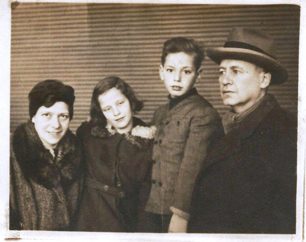 5 - Tyroler Gizi (mama) Tyroler Jenő (papa), Tyroler Hanna és Tyroler Jano 1944 decemberében Caux-ban Svájcban