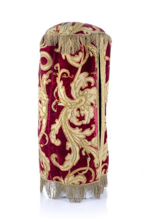 Tóra-szoknya Mantovából, XVII. század vége, selyem, pamutbársony, ezüst fonállal hímzett, 1Israel Museum, Jeruzsálem ©The Israel Museum, Jerusalem