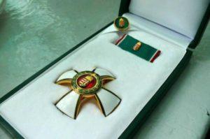 A Mazsihisz elnöke visszaadja lovagkeresztjét Bayer Zsolt kitüntetése miatt