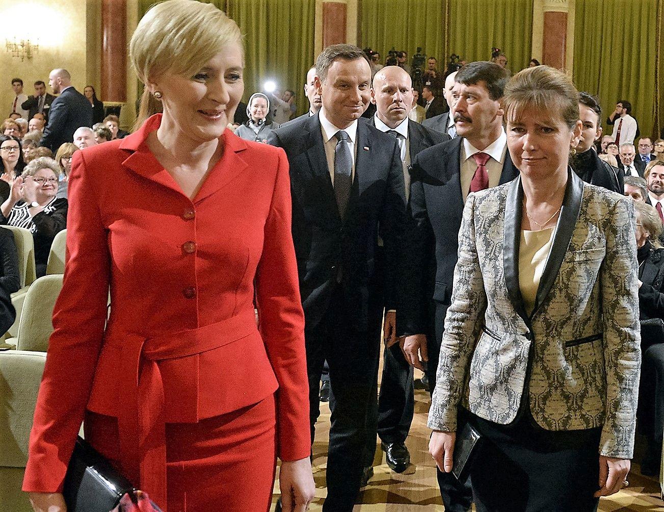 Budapest, 2016. március 19. Andrzej Duda lengyel államfő (b2) és felesége, Agata Kornhauser-Duda (b), valamint Áder János köztársasági elnök (középen jobbra) és felesége, Herczegh Anita (k) érkezik a magyar-lengyel barátság napja alkalmából rendezett ünnepségre, a Pesti Vigadóban 2016. március 19-én. MTI Fotó: Kovács Tamás