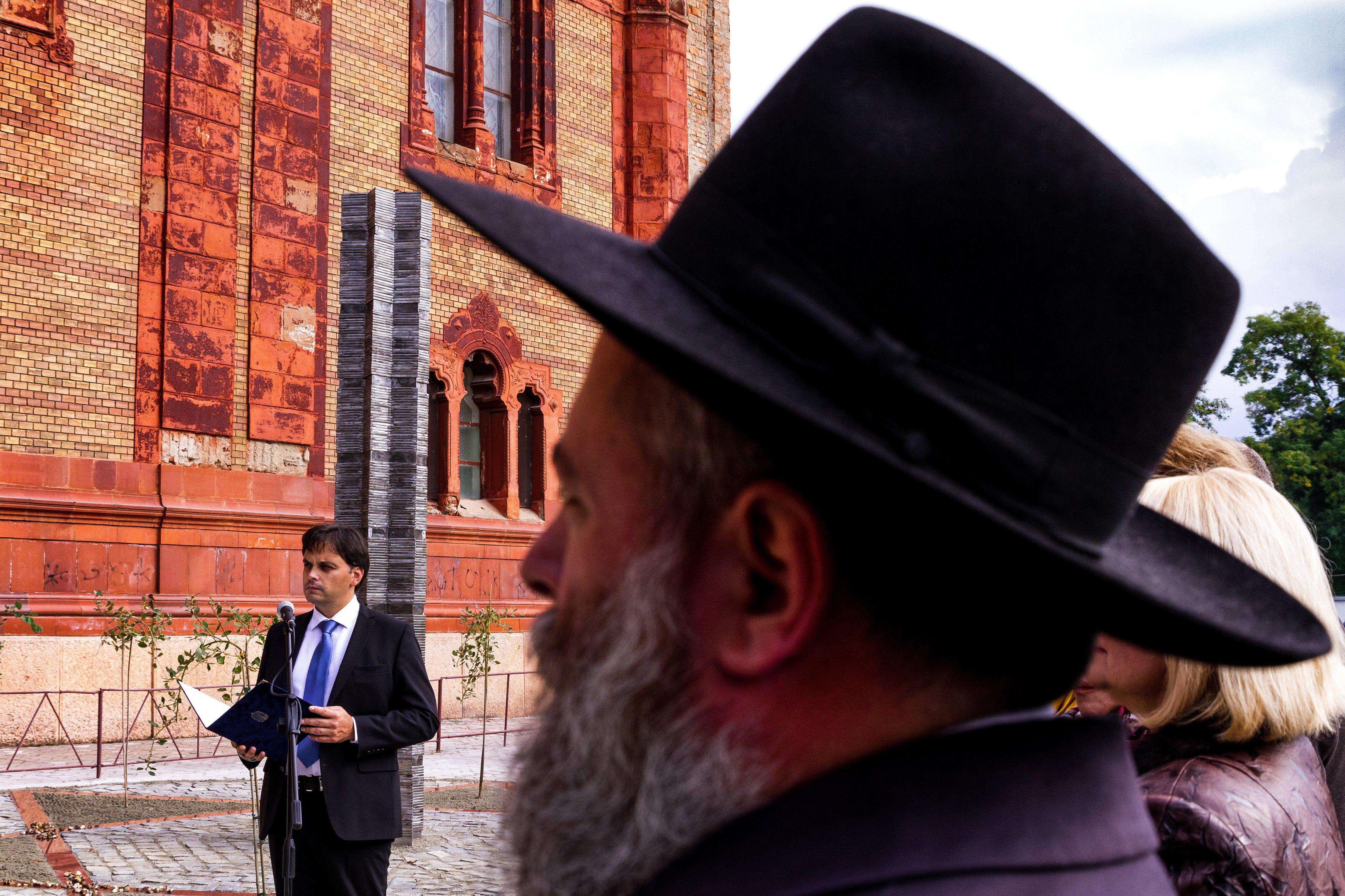 Ungvár, 2016. október 9. Latorcai Csaba, a Miniszterelnökség kiemelt társadalmi ügyekért felelõs helyettes államtitkára (b) beszédet mond a magyar kormány támogatásával készült holokauszt-emlékmû avatásán Ungváron 2016. október 9-én. Az emlékmû Mihajlo Kolodko ungvári szobrász alkotása, a teret Szarvas Gábor ungvári építész tervezte. MTI Fotó: Nemes János