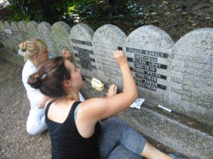Vezeklő német fiatalok a pesti zsidó temetőben