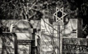 A szászrégeni zsidó temető meggyalázása miatt tiltakozik a Romániai Zsidó Közösségek Szövetsége