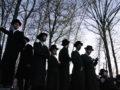 KIRYAS JOEL Haszdi zsidók Moses Teitelbaum rabbi temetésén 2006-ban.  (Fotó: tephen Chernin/Getty Images)